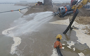 CAT329E挖掘机泵进行土地开垦与港口开挖