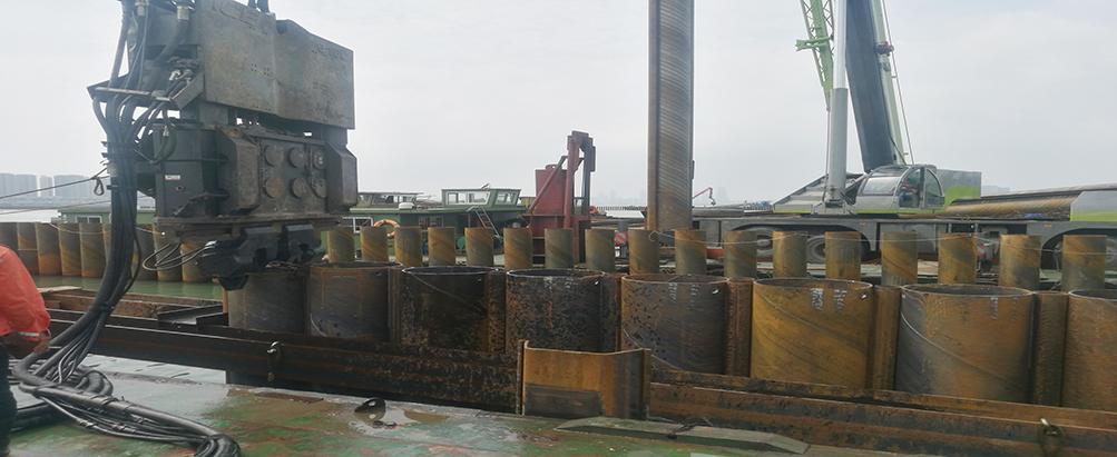 苏州独墅湖中,液压振动锤高效施工锁扣钢管桩围堰!
