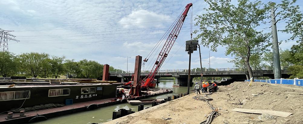 30吨船吊提起免共振锤 ,苏州河边无扰动打桩